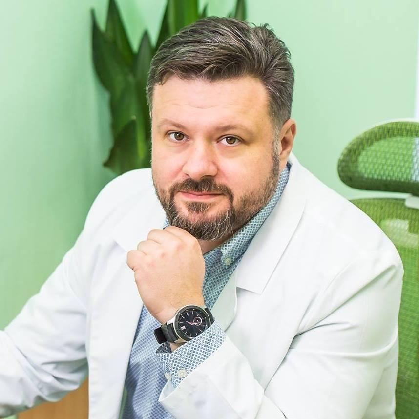 Юрий Кондрацкий, кандидат меднаук, завідуючий відділення пухлин шлунку та стравоходу Національного інституту раку, член Американської спільноти онкологів ASCO, європейської спільноти ESMO, член правління Української науково-медичної спільноти онкологів УНМТО